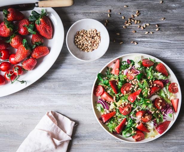 Kesäinen salaatti mansikoilla ja pinjansiemenillä