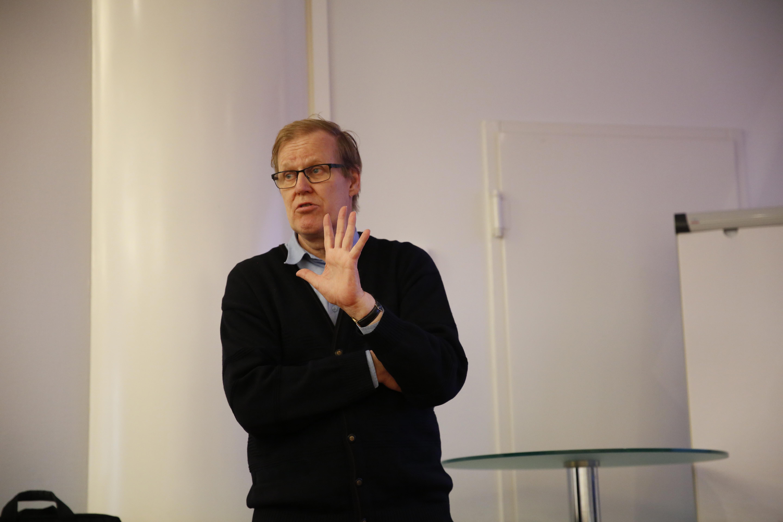Aalto-yliopiston kauppakorkeakoulu professori emeritus Raimo Lovio pitää esitystä