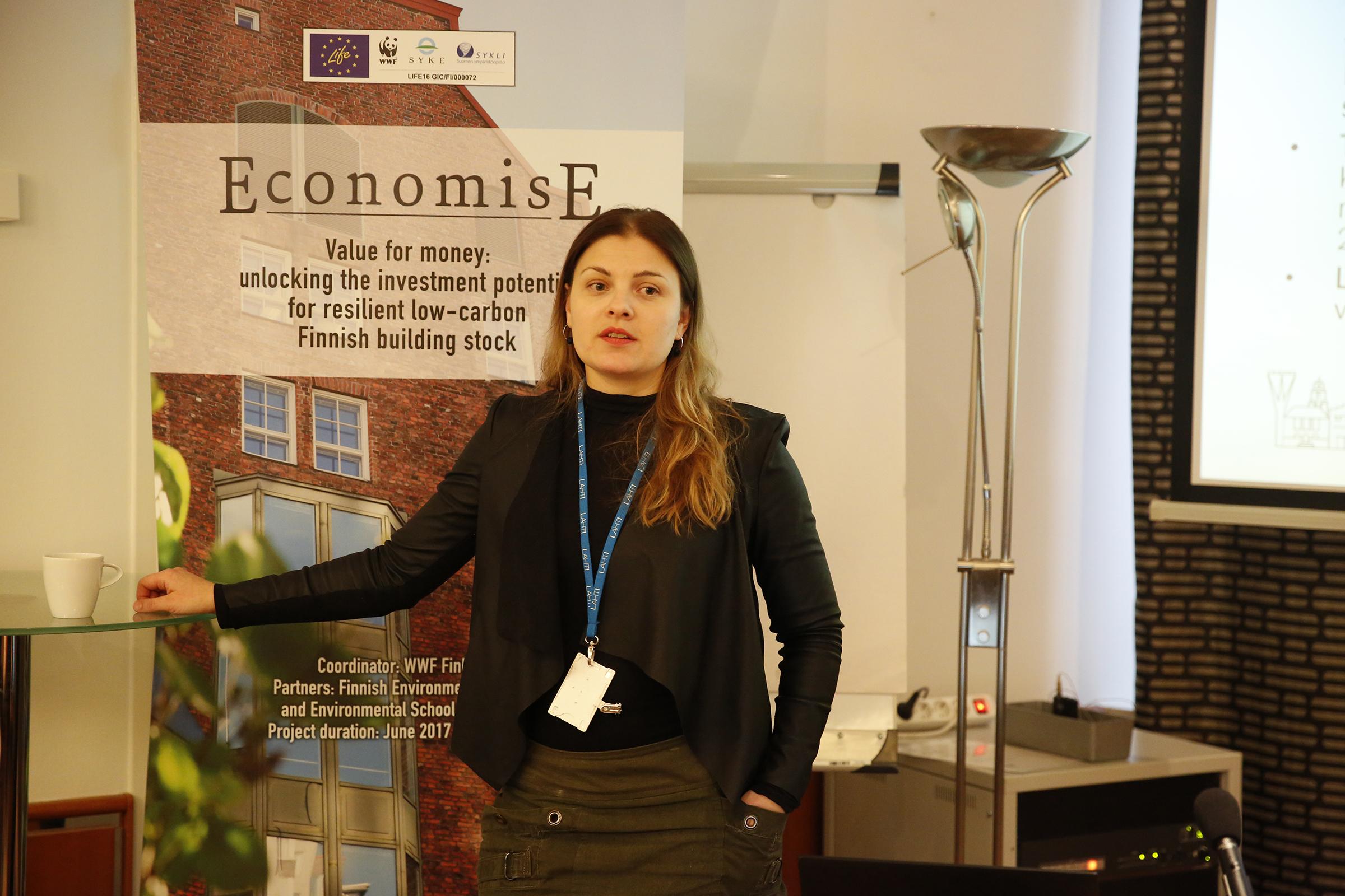 Lahden kaupungin ympäristöjohtaja Saara Vauramo pitää esitystä
